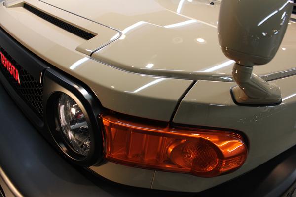 トヨタ FJクルーザー 左ヘッドライト周辺アップ
