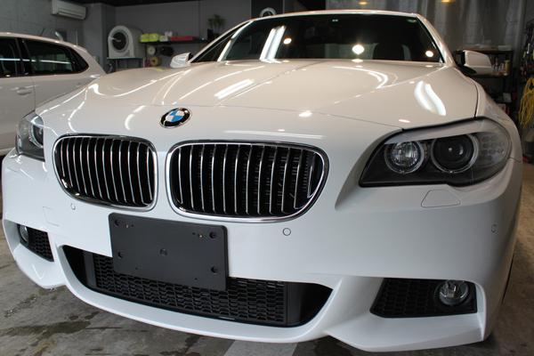 BMWの美しさ再発見。523iアルピンホワイトのボディーガラスコーティング