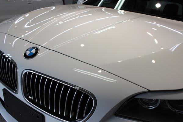 BMW 523i Msport(アルピンホワイト)ボンネット左