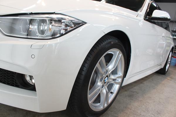 BMW 320d ブルーパフォーマンス MSport(アルピンホワイト3)左フェンダ