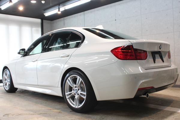 BMW 320d ブルーパフォーマンス MSport(アルピンホワイト3)左サイド後方
