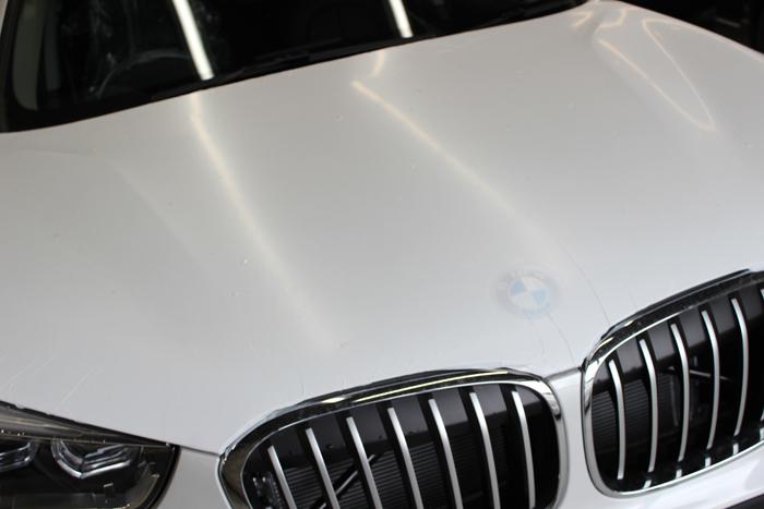 BMW X1 ミネラルホワイト ボンネット