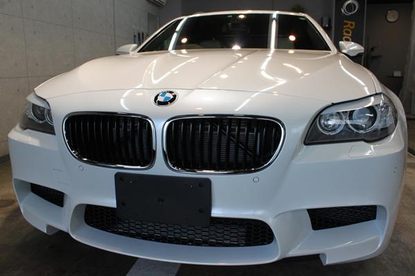 圧倒的なパフォーマンスと日常の利便性を追求。BMW M5のボディーガラスコーティング。