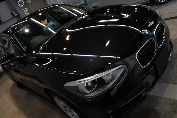 スタイリングと個性が際立ちます。BMW116iのボディーガラスコーティング