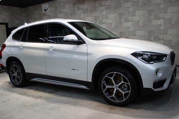 BMW X1右側面前方