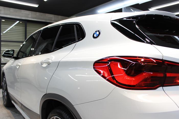 BMW X2 アルピンホワイト 左テールレンズ